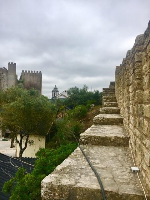 Vista interior do Castelo de Óbidos, e da passagem em suas muralhas