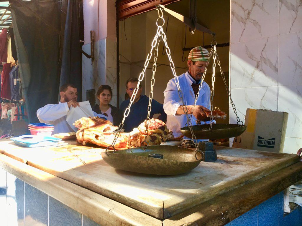 O Chef servindo lamb, a kilo.