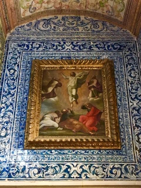 Obras de arte e azulejaria no interior da Igreja de Santa Maria, em Óbidos